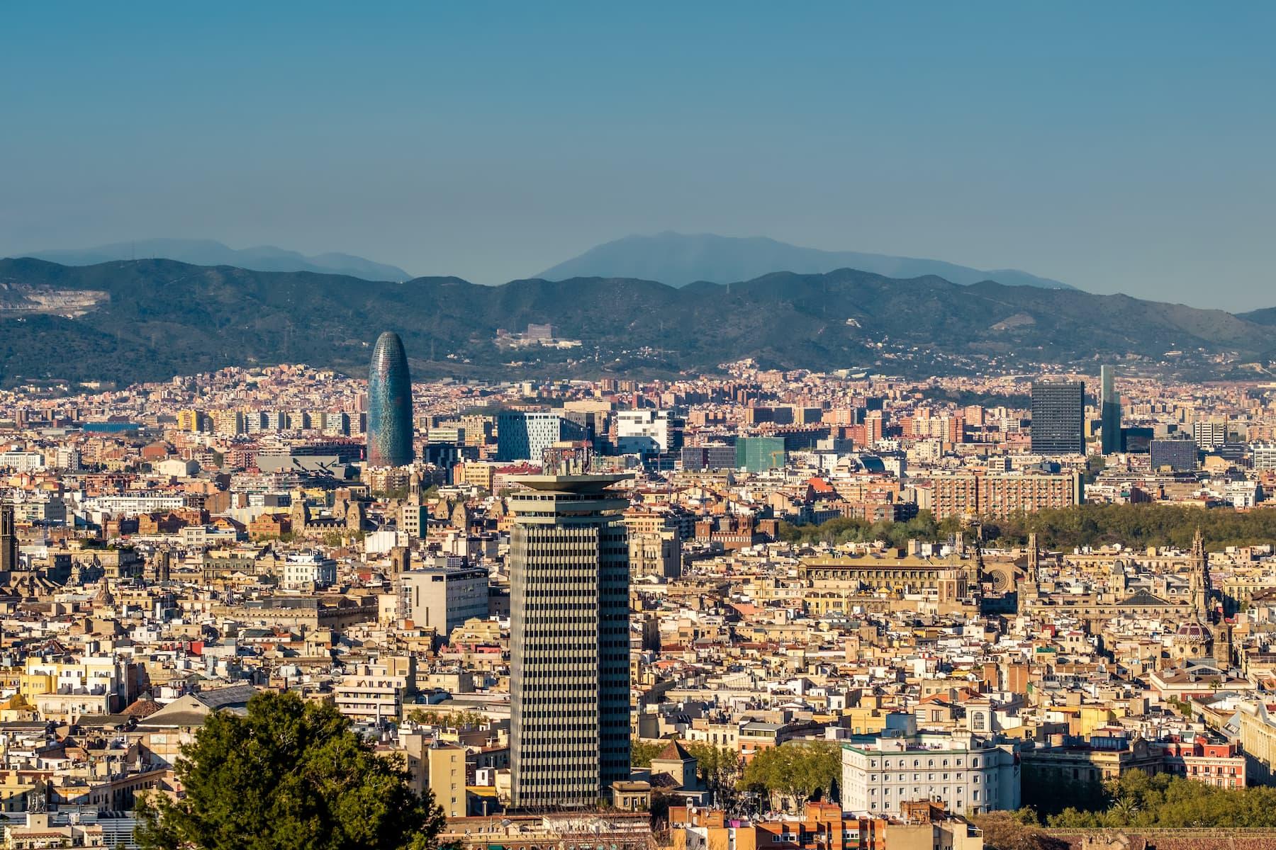 barcelona-fotos_stock-barcelona-cityscape-overlook-PSQ5ARV