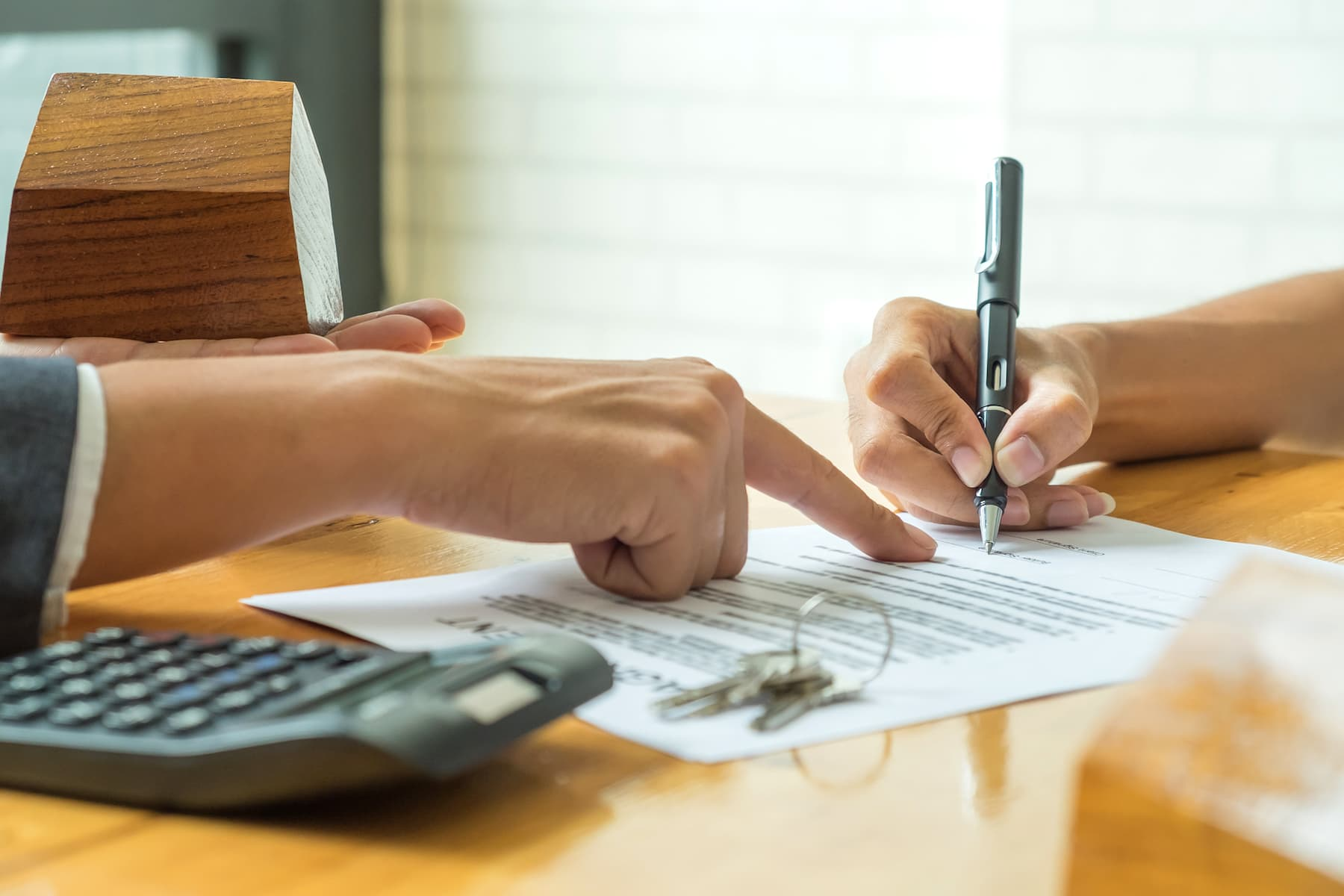 legal-fotos_stock-buyers-are-signing-a-home-purchase-agreement-from-P2U8JL9