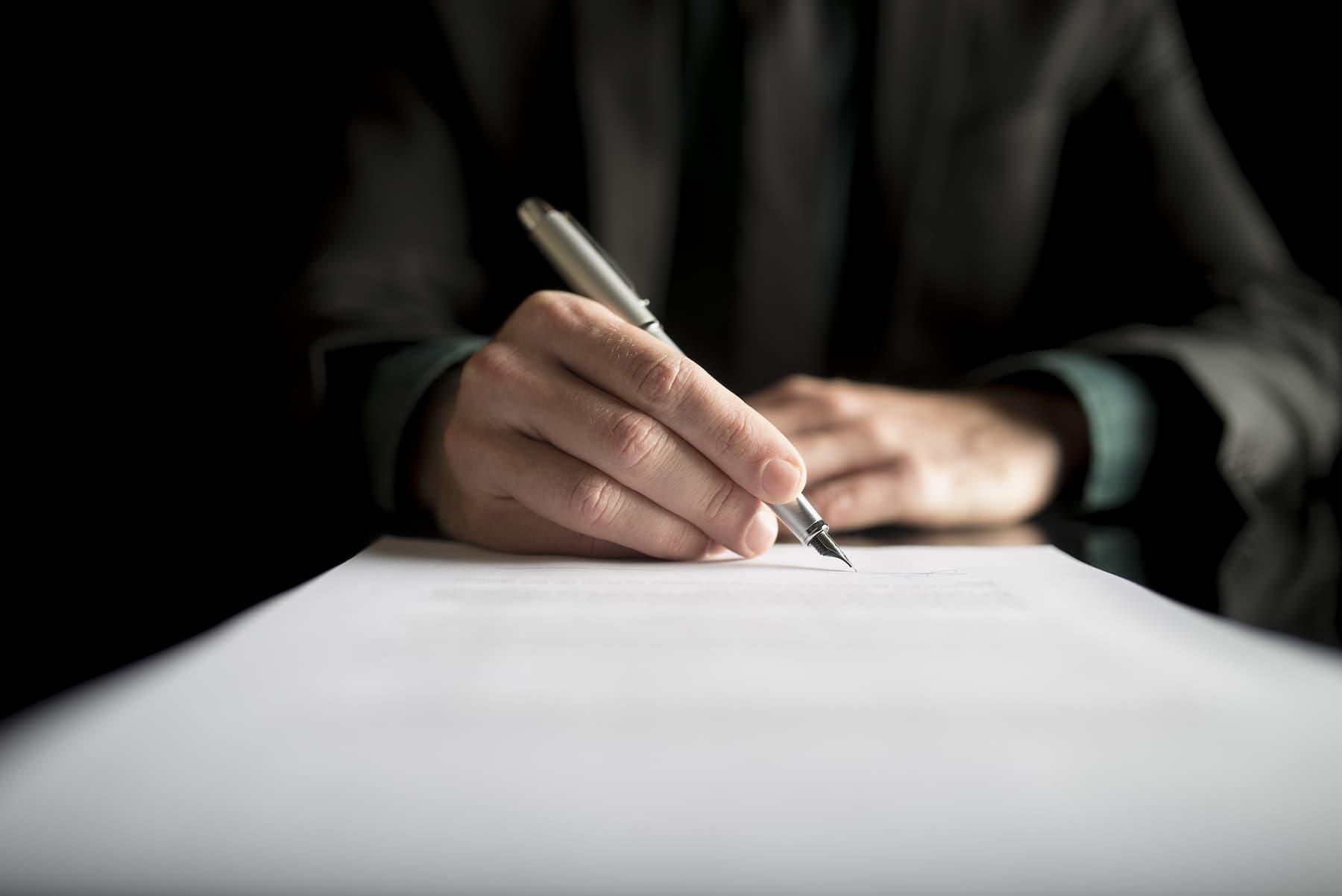 legal-fotos_stock-closeup-of-lawyer-or-executive-signing-a-contract-PK4B783